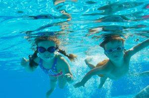 泳ぐ子供たち