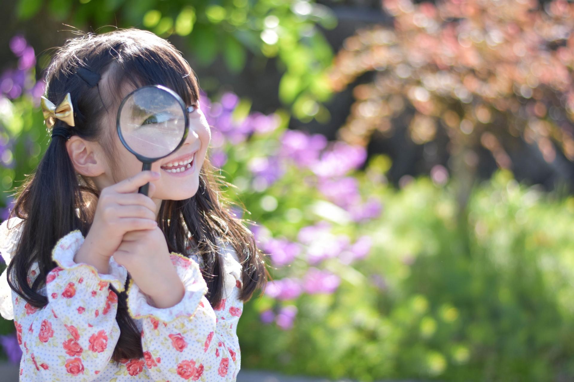 虫眼鏡を除く子供